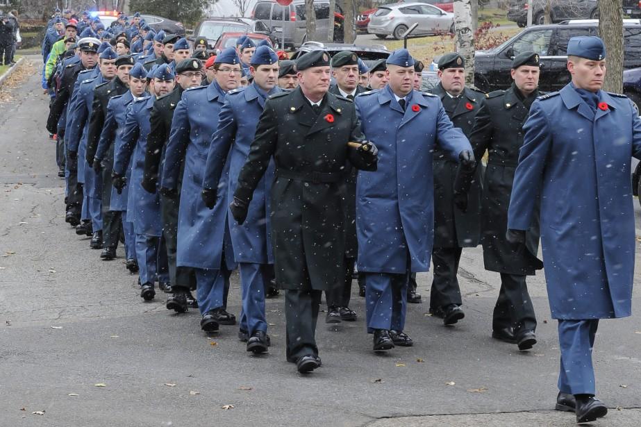 Plus d'une centaine de militaires de la 2e Escadre de la base de Bagotville, de la Légion canadienne 276 ainsi que des escadrons 804 et 1332 des cadets d'Alma ont paradé dans le quartier Riverbend, vendredi matin, à l'occasion du jour du Souvenir. (Photo Le Quotidien, Gimmy Desbiens)