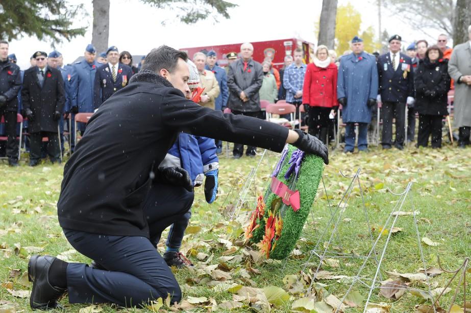 Le député du Parti Québécois, Alexandre Cloutier, a déposé une couronne au sol, lors de la cérémonie du jour du Souvenir, tenue à Alma. (Photo Le Quotidien, Gimmy Desbiens)
