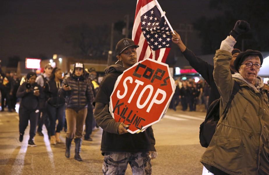 Des manifestants Black Lives Matter à Chicago, mardi... (Photo E. Jason Wambsgans, Chicago Tribune via AP)
