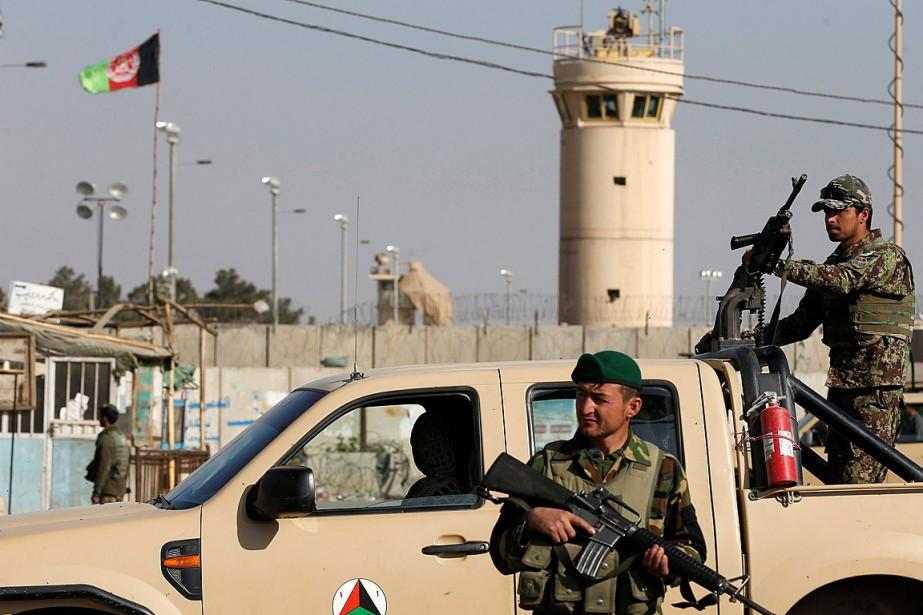 Des soldats afghans montent la garde à l'extérieur... (PHOTO OMAR SOBHANI, REUTERS)