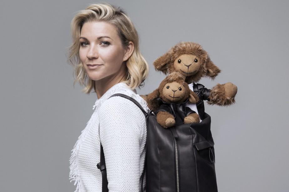 Caroline Munger confectionne des vêtements pour ses peluches et les photographies dans des lieux réels afin de proposer des livres pour enfants mettant en vedette les deux petits personnages dans le monde réel. (Courtoisie)