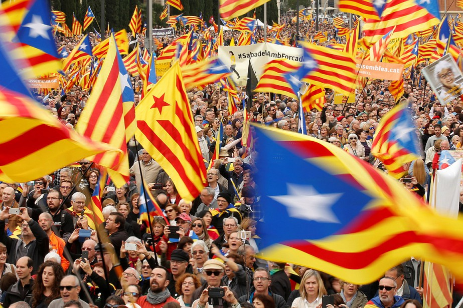 Les manifestants se sont rassemblés sur la place... (PHOTO ALBERT GEA, REUTERS)