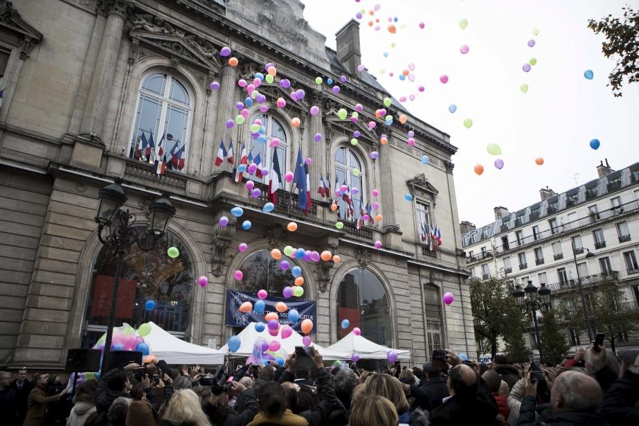 La journée de recueillement s'est conclue dimanche par un lâcher de ballons, sur fond de gospel, devant la mairie du 11<sup>e</sup>arrondissement, où ont eu lieu les attentats. (AP, Kamil Zihnioglu)