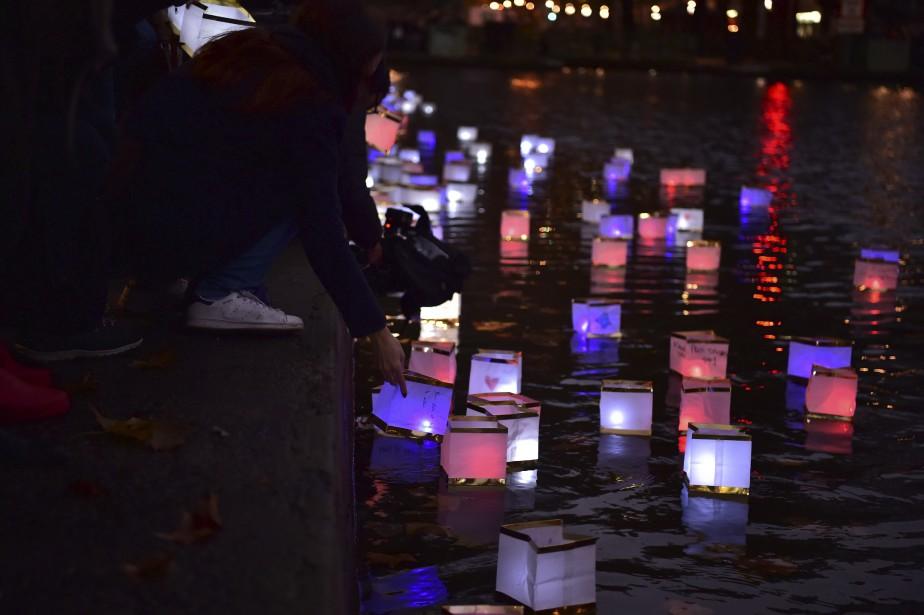 Des lanternes ont été mises à l'eau au Canal Saint-Martin en mémoire des 130 victimes. (AFP, Christophe Archambault)