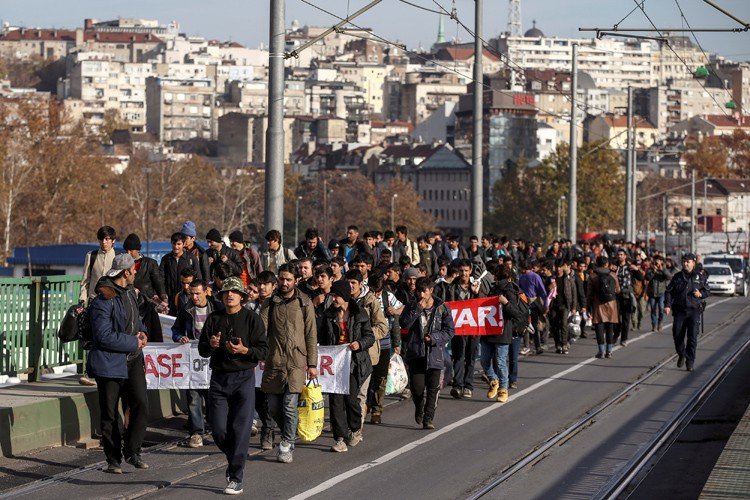 Escortés par la police, les migrants étaient 150... (PHOTO REUTERS)