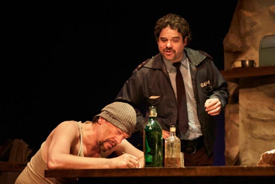 Hugo Giroux etPierre-Luc Brillant dansLes ossements du Connemara... (Photo Pierre Charbonneau, fournie par le Théâtre Prospero)