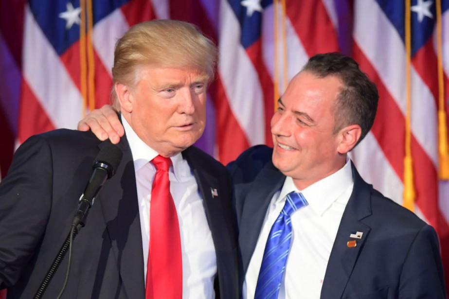 Reince Priebus (à droite) fait une accolade à... (photo JIM WATSON, archives AFP)