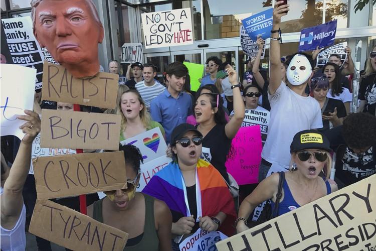 Une manifestation anti-Trump a eu lieu dimanche devant... (AP)