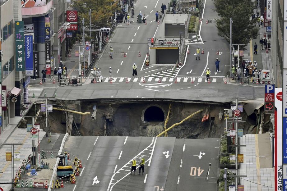 Un effondrement de terrain a formé mardi un... (Associated Press)