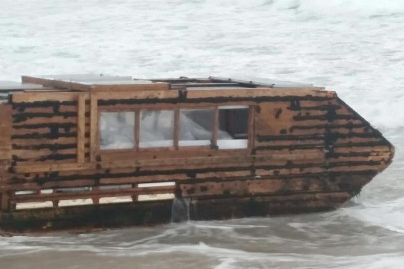 L'embarcation, un assemblage de bois et de goudron... (Photo tirée de Facebook)