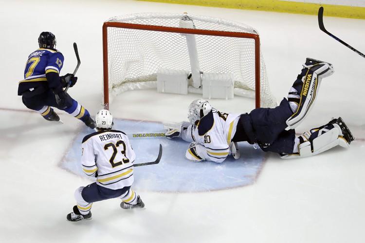 Jaden Schwartz et Kyle Brodziak ont marqué tôt en troisième période... (PHOTO AP)