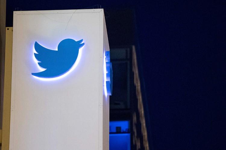 Le réseau social Twitter a suspendu plusieurs comptes liés à... (PHOTO AFP)