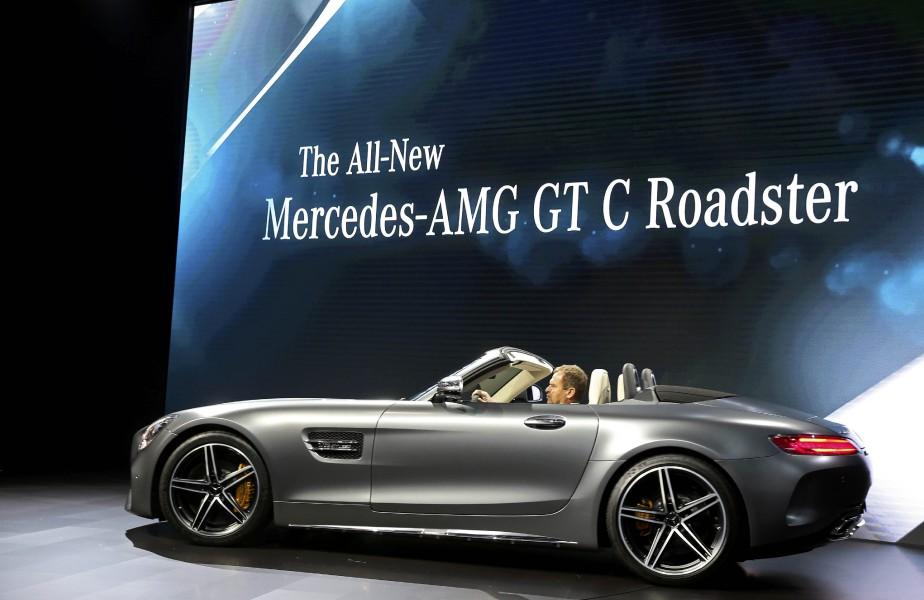 Tobias Moers, président du conseil de gestion de Mercedes-AMG, a présenté le Mercedes a présenté le Roadster AMG GT C 2017 au Salon de l'auto de Los Angeles. (REUTERS)