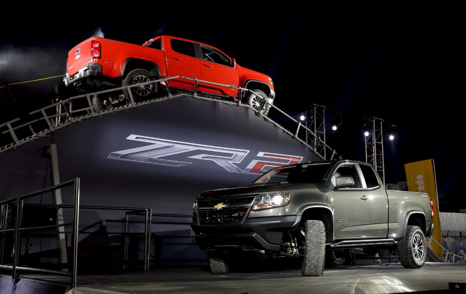 Deux Chevrolet Colorado ZR2 tout terrain lors du dévoilement de cette nouvelle livrée du pick-up intermédiaire de GM. (AP)