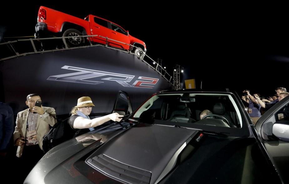 Le Chevrolet Colorado ZR2 tout terrain examiné par des journalistes. (AP)