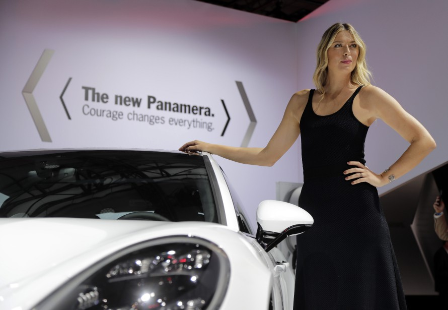 La joueuse de tennis Maria Sharapova pose devant la Porsche Panamera 2017. (AP)
