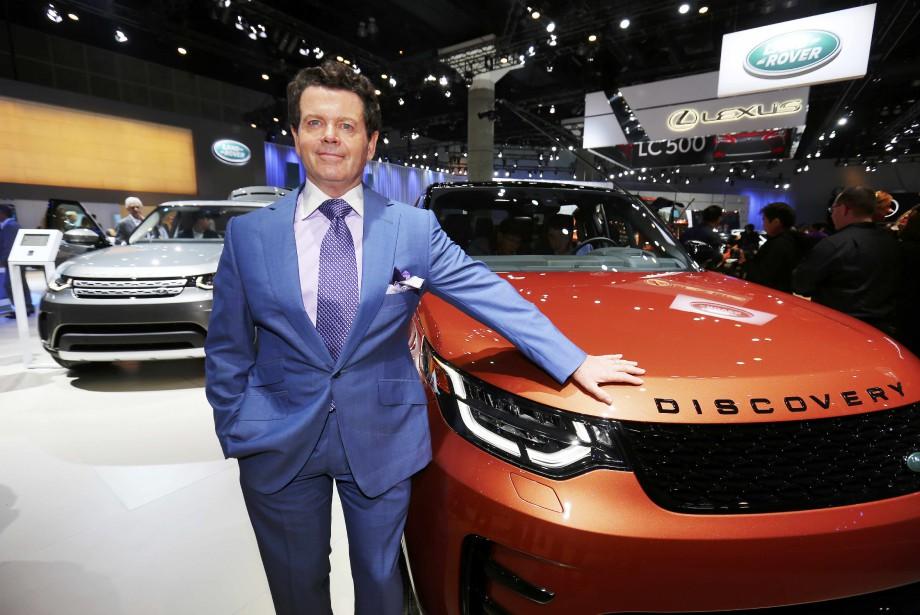Le designer de Land Rover Gerry McGovern pose devant le Discovery 2017. (REUTERS)