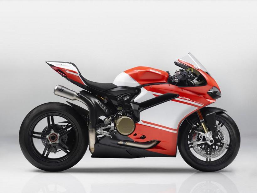 <strong>Ducati Panigale 1299 Superleggera.</strong>C'est une des machines les plus spectaculaires de tous les temps :215 ch pour seulement 156kg, soit un rapport poids-puissance de 0,72. Le châssis monocoque est entièrement fait de fibre de carbone, une première dans l'industrie. Ses contrôles électroniques sont inspirés de ce que Ducati a conçu pour son écurie de MotoGP. Seulement 500 exemplaires seront produits, vendus 118 000$ pièce. Inutile de sortir votre chéquier, ils sont tous vendus. (Photo : Ducati)