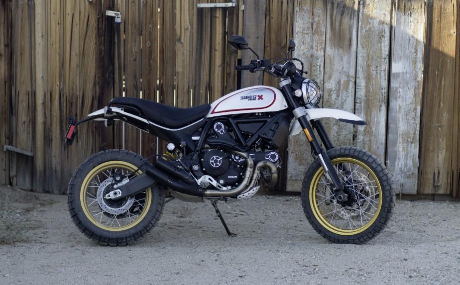 <strong>Ducati Scrambler Desert Sled.</strong> Ducati fait flèche de tout bois avec sa gamme Scrambler. Le constructeur a dévoilé à Milan les variantes Café Racer et Desert Sled, cette dernière, très réussie. Elle est inspirée des motos tout-terrain des années 60 et 70. Le cadre a été renforcé, tout comme le bras oscillant. Comme il se doit, les rayons sont en broche et les pneus, à (courts) crampons. N'empêche, cette moto devrait surtout parader en ville... ()