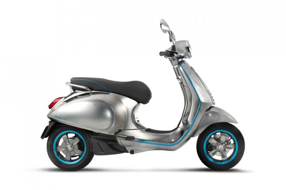 <strong>Vespa Elettrica. </strong>Ce premier scooter électrique Vespa --en prototype à Milan-- sera lancé à l'automne 2017. On en connaît très peu sur la technologie retenue par Piaggio pour son scooter électrique, mais on indique dans un communiqué que l'on a sollicité les plus grands acteurs du milieu pour trouver les solutions les plus innovatrices, notamment au chapitre de la connectivité. Piaggio a aussi présenté sa Moto Guzzi V7 de 3e génération : toujours rétro, mais plus puissante. ()