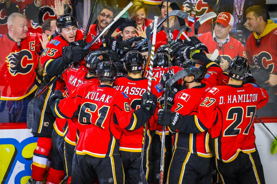 Les joueurs des Flames célèbrent après le but... (Photo Sergei Belski, USA Today Sports)
