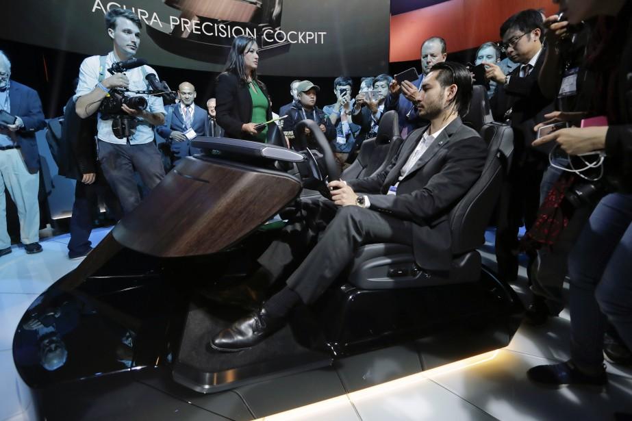 Shaun Westbrook, chef de l'interaction homme-machine chez Acura Amérique du Nord, fait une démonstration du Cockpit Acura Précision. (AP)