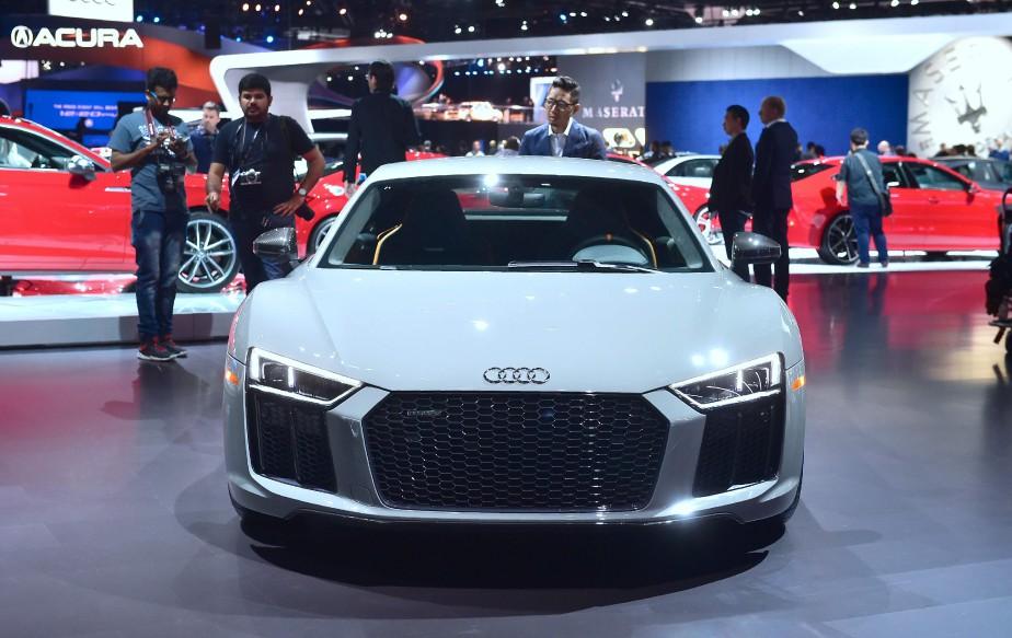 L'Audi R8 v10 plus, au Salon de l'auto de Los Angeles. Audi a installé des phares au laser dans 25 unités de ce modèle. (AFP)