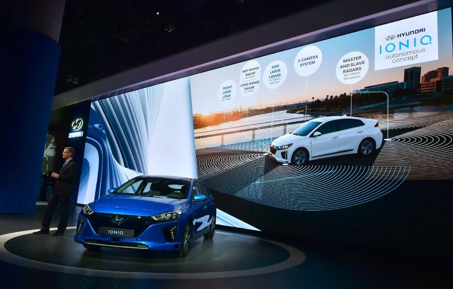 Mike O'Brien de Hyundai des États-Unis, présente la Hyundai Ioniq électrique. (AFP)