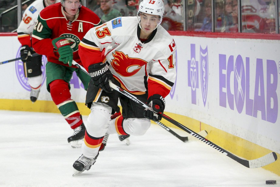 Johnny Gaudreau s'est fracturé un doigt mardi.... (PHOTO Paul Battaglia, AP)