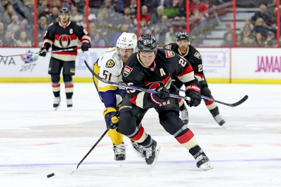 Austin Watson tente d'empêcher Chris Neil d'aller seul vers Pekka Rinne. (Patrick Woodbury, Le Droit)