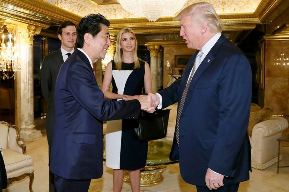 Le premier ministre Abe et M.Trump discutent sous... (photo AFP)