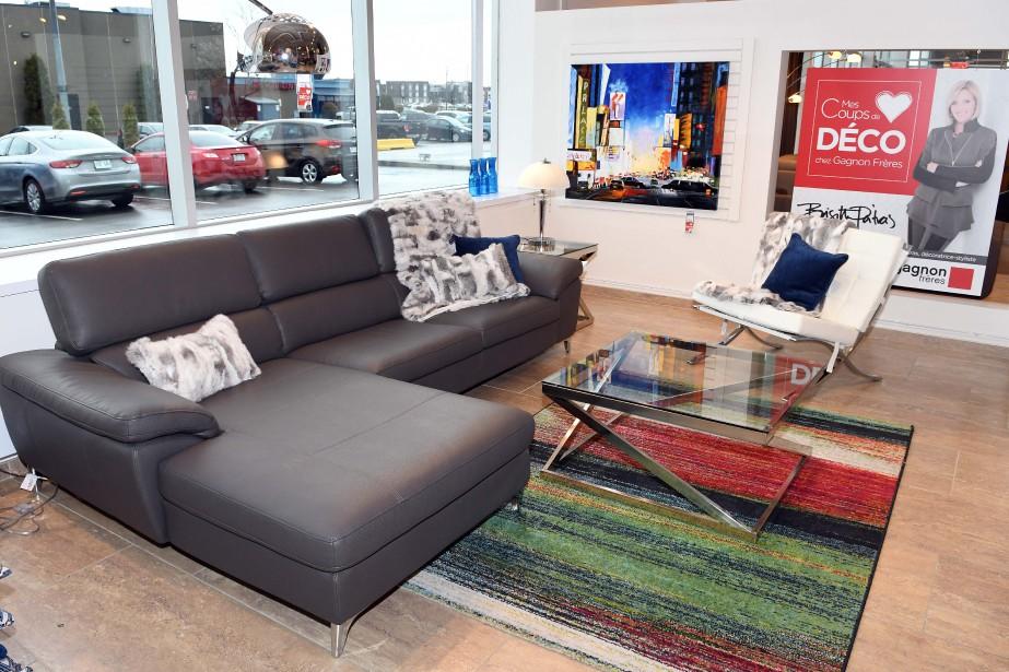 Le salon moderne se distingue par son divan modulaire en cuir et sa chaise Barcelone, meuble culte du design moderne dessiné par Ludwig Mies van der Rohe et sa partenaire Lilly Reich. (Rocket Lavoie)