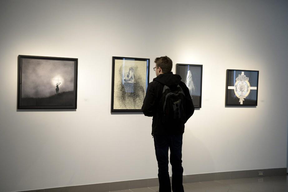 Sur un des murs de la salle d'exposition, l'artiste propose une série de quatre oeuvres sur des thèmes religieux. (Photo Le Progrès-Dimanche, Jeannot Lévesque)