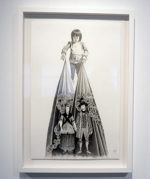 Un enfant se retrouve dans la partie supérieure du dessin intitulé <em>Ascendance</em>. Il tient dans ses mains un tissu sur lequel est dessiné un couple de la Nouvelle-France du 18e siècle inspiré du travail d'un artiste inconnu de l'époque. L'enfant semble jouer avec les personnages, comme s'il s'agissait de marionnettes. (Photo Le Progrès-Dimanche, Jeannot Lévesque)