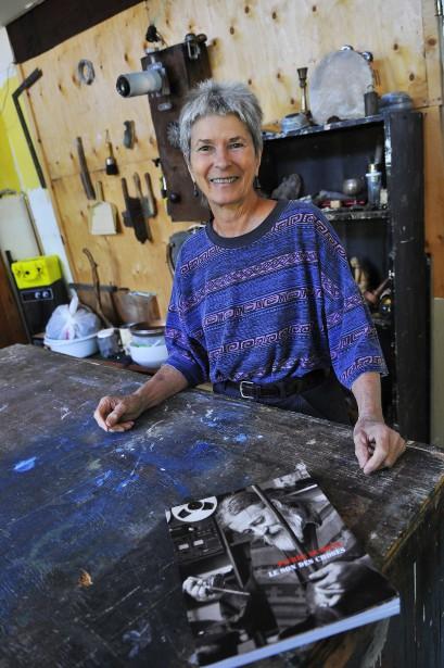 Odette Bergeron, qui a partagé la vie de Pierre Dumont pendant des années, agit à titre de commissaire de l'exposition hommage présentée au Centre national d'exposition. (Photo Le Progrès-Dimanche, Rocket Lavoie)