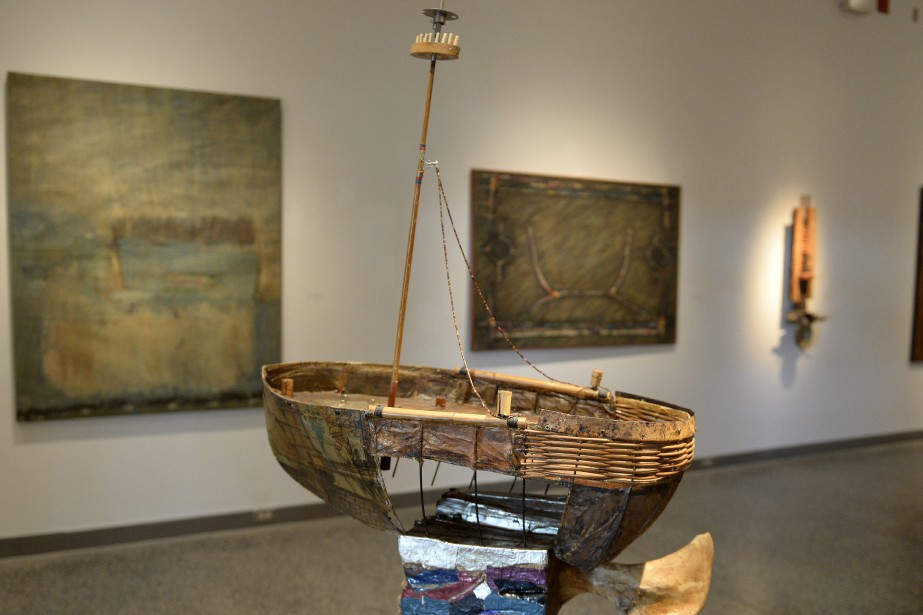 <em>Le bateau ivre</em>, une sculpture issue d'un mélange de métal, de bois et de papier créée en 2004, est l'oeuvre qui souhaite la bienvenue aux visiteurs à leur entrée dans la salle d'exposition. (Photo Le Progrès-Dimanche, Jeannot Lévesque)