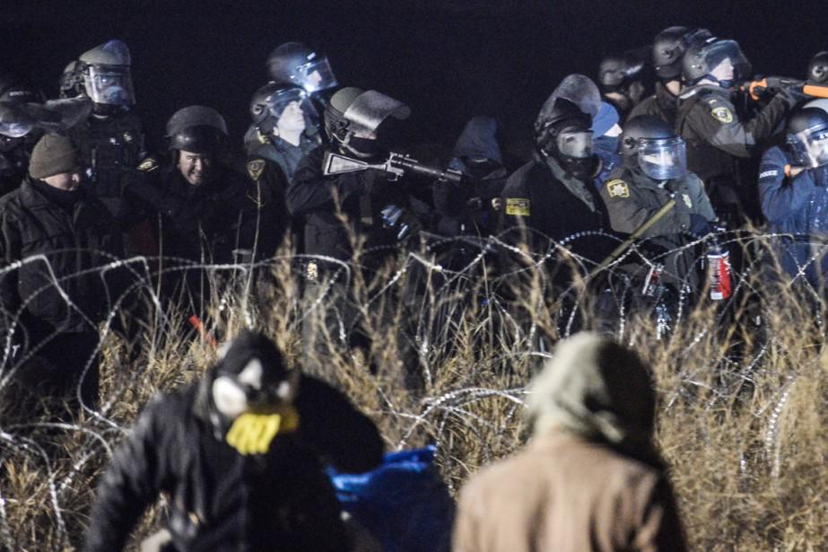 Les policiers ont notamment utilisé des balles en caoutchouc contre les manifestants opposés au projet d'oléoduc controversé près de la réserve amérindienne Standing Rock, près de Cannon Ball, dans la nuit du 20 au 21 novembre. (photo Stephanie Keith, REUTERS)
