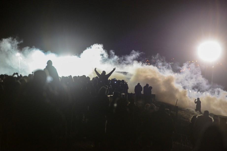 Au courant de la nuit, les manifestants ont allumé une douzaine de feux et essayé de bouger plus au nord malgré le barrage policier, selon des propos du bureau du shérif de Morton rapportés par le journal local <em>Bismarck Tribune</em>. (photo Stephanie Keith, REUTERS)