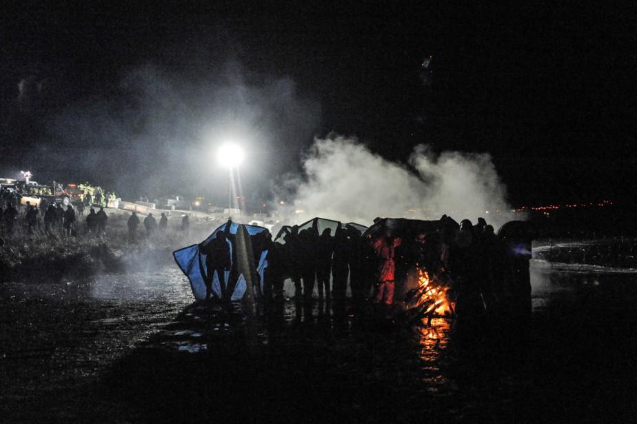 Les forces de l'ordre ont affirmé au <em>Bismarck Tribune</em> que les manifestants étaient «très agressifs» et qu'ils ont essayé «de déborder et d'attaquer le barrage policier». (photo Stephanie Keith, REUTERS)