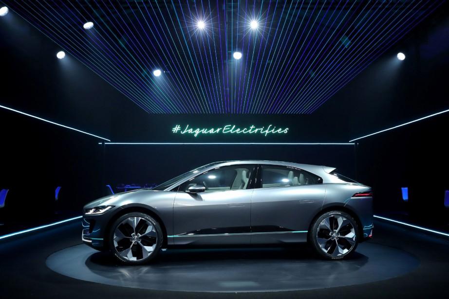 <strong>Concept Jaguar i-Pace.</strong>Jaguar parle du concept i-Pace comme d'un aperçu du modèle qui sera lancé en 2018. IL'i-Pace sera le premier Jaguar 100% électrique. Avec deux moteurs reliés aux trains avant et arrière, la mécanique produit 395 ch et 516 lb-pi de couple; 0 à 100km/h en 4 secondes. La recharge prend 2 h à une borne de 50 kW. L'autonomie de l'i-Pace devrait ressembler à celle de la Tesla S P90, soit autour de 435km. (AP Images)