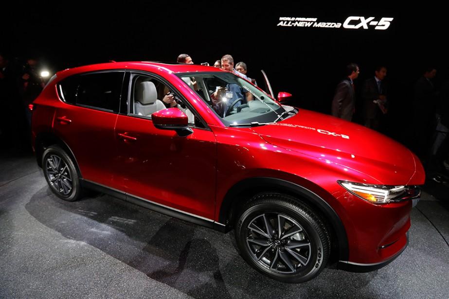 <strong>Mazda CX-5.</strong>Le design du nouveau Mazda CX-5 évolue sagement. Mais Mazda est audacieux dans sa proposition de moteurs SkyActive:en plus des 4-cyl. 2 et 2,5 litres, un bloc diesel de 2,2 litres sera offert. C'est le premier diesel proposé par Mazda en Amérique du Nord. On le dit très frugal et respectueux des normes de pollution. Le CX-5 est équipé du système de stabilité G-Vectoring Control, et d'un dispositif d'affichage sur le pare-brise, une première dans la catégorie. (AP)