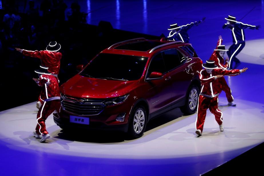 <strong>Chevrolet Equinox 2018.</strong>L'Équinox fait peau neuve. Peu après le nouvel an, le VUS sera offert avec un choix de moteurs 4-cyl. turbo de 1,5 et 2 litres, et un turbodiesel de 1,6 L brulant 5,9 L/100km (c'est peu, pour un VUS). Le nouvel Équinox est 10% plus léger que son prédécesseur. À l'intérieur, la nouvelle configuration des sièges arrière permet l'aménagement d'un long plancher droit et un imposant volume de chargement de 1798 litres. (REUTERS)