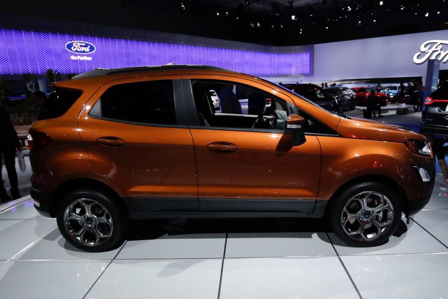 <strong>Ford Ecosport 2017.</strong>Ford lance ici son VUS sous-compact européen Ecosport. Ford l'amène au Canada équipé du nouveau système SYNC 3 avec écran tactile HRn de 8'', avec connectivité Apple CarPlay ou Android Auto. Sous le capot, on trouve soit le 3-cyl. turbo de 1 L ou encore le 4-cyl. Ecoboost de 2 L, ce dernier étant relié à une transmission intégrale. L'Ecosport dispose de 30 rangements et offre une surface de rangement plate quand la banquette arrière est rabaissée. (AP)