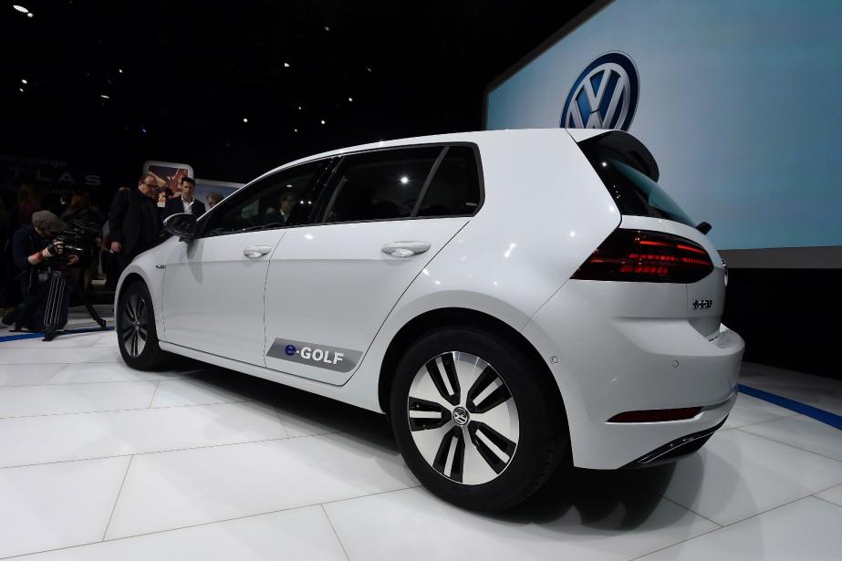 <strong>Volkwagen e-Golf .</strong> Cette Golf électrique sera vendue au Canada dès l'été 2017. Elle a maintenant un nouveau bloc-batterie au lithium-ion dont la capacité a été augmentée de 24,2 à 35 kWh. On parle d'une autonomie d'au moins 200 kilomètres en une seule charge. Le moteur électrique offre par ailleurs plus de puissance et de couple. La nouvelle e-Golf sera construite dans l'usine allemande de Dresde, complètement réaménagée pour y construire des véhicules électriques. (AFP)