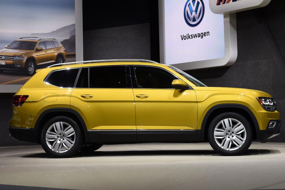 <strong>Volkswagen Atlas 2017.</strong> Voici le nouveau et gros VUS à 7 places de Volks. L'Atlas ne sera pas lancé en Europe, où ce segment est comblé par son cousin tchèque Skoda Kodiaq. Il y aura le système d'infodivertissement Apple CarPlay et Android Auto et, en option, la chaîne audio à 12 enceintes Fender. Sous le capot, on trouvera un quatre-cylindres de 2 L de 238 ch. ou, en option, un V6 de 3,6 L de 280 ch. ()