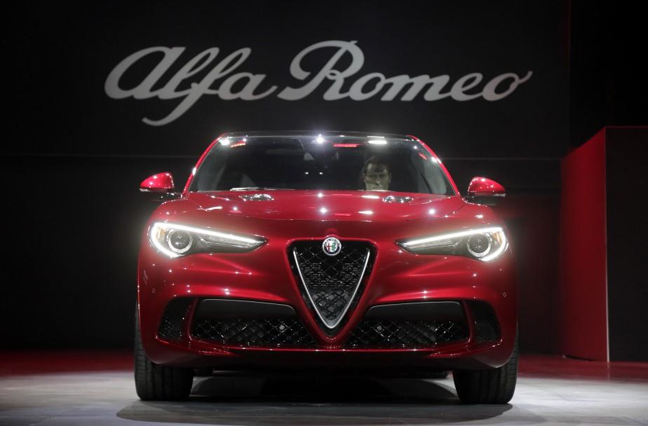 <strong>Alfa Romeo Stelvio 2017.</strong>Alfa Romeo fait son entrée dans le lucratif marché des VUS compacts de luxe avec le Stelvio. Le moteur de base est un quatre-cylindres turbo de 2 L de 280 ch., mais on offre en option un V6 biturbo de 2,9 L de 510 ch., inspiré de Ferrari. Pour garder le véhicule bien collé au bitume, on fait appel au système Torque Vectoring technology, qui distribue le couple aux roues qui offrent le plus de mordant. (AP)