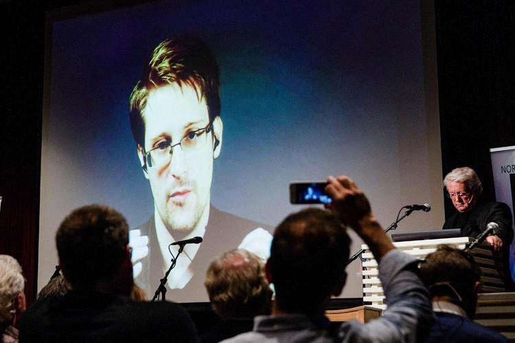 Edward Snowden appelait son auditoire à ne pas... (PHOTO AFP)
