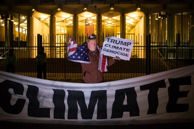 Un environnementaliste portant un masque de Donald Trump... (PHOTO AFP)