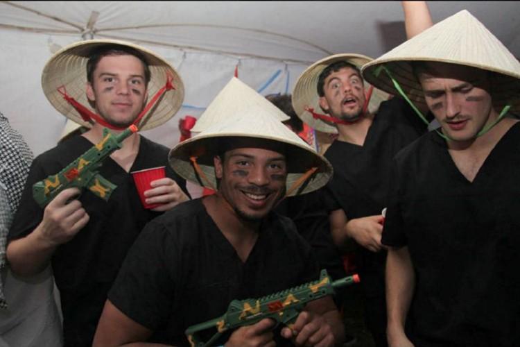 Des étudiants déguisés encombattants viet-cong.... (IMAGE TIRÉE DE TWITTER)