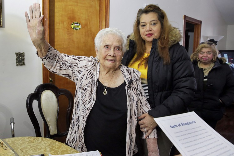 America Maria Hernandeza signé son certificat de naturalisation... (PHOTO AP)